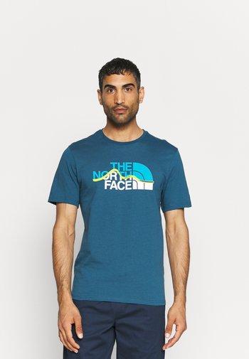 MOUNTAIN LINE TEE - Print T-shirt - monterey blue