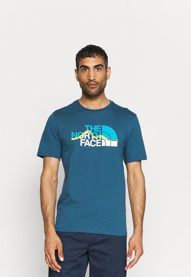 MOUNTAIN LINE TEE - T-shirt imprimé - monterey blue