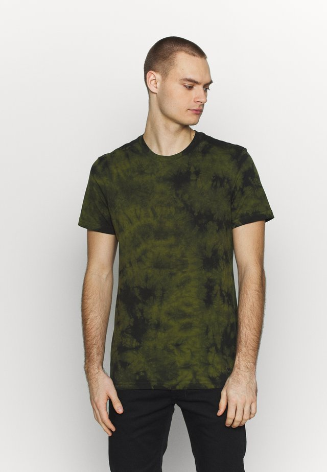 FIELD DRAB - T-shirt z nadrukiem - green