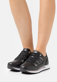 Tommy Hilfiger - INTERLOCK CITY  - Sneakersy niskie - black - 0