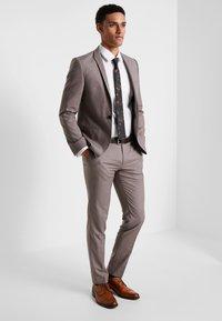 Viggo - GOTHENBURG SUIT - Suit - taupe - 0