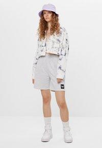 Bershka - CROPPED MIT TIE-DYE-PRINT  - Summer jacket - white - 1
