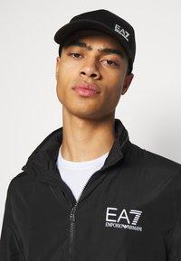 EA7 Emporio Armani - BASEBALL HAT UNISEX - Pet - black - 0
