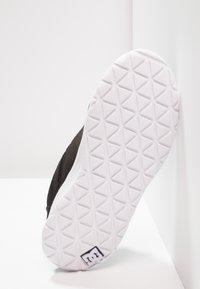 DC Shoes - HEATHROW - Loaferit/pistokkaat - black/white - 4