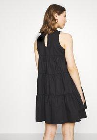 Missguided - POPLIN SLEEVELESS TIERED SMOCK DRESS - Vestido informal - black - 2
