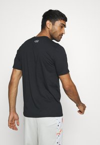Under Armour - PRIDE - T-shirts med print - black/white - 2