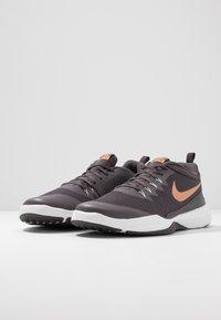 Nike Performance - LEGEND TRAINER - Træningssko - thunder grey/metallic copper/platinum tint - 2