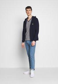 Tommy Hilfiger - STRETCH SLIM FIT VNECK TEE - T-shirt basic - blue/white - 1