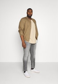Burton Menswear London - BIG KOREA - Slim fit jeans - light grey - 1