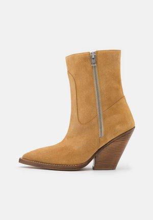 SENDAI - Kotníková obuv na vysokém podpatku - tan