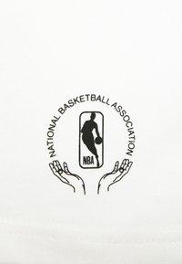 Nike Performance - NBA MOVE TO TEE - T-shirt med print - offwhite - 5
