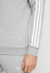 adidas Originals - 3 STRIPES CREW UNISEX - Felpa - medium grey heather - 3