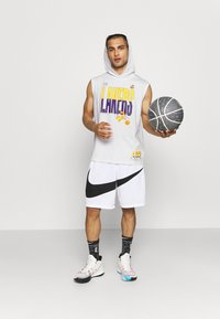 Outerstuff - NBA LOS ANGELES LAKERS SPACE JAM 2 TEAM DOWN THE COURT TANK - Club wear - white - 1