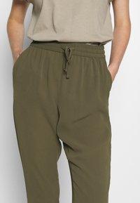 Vero Moda - VMSAGA STRING PANT - Trousers - ivy green - 4