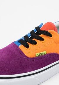 Vans - ERA UNISEX - Trainers - grape juice/bright marigold - 5