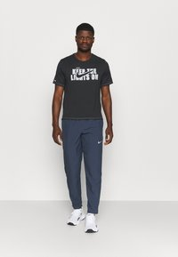 Nike Performance - RUN STRIPE PANT - Trainingsbroek - thunder blue/dark obsidian/silver - 1