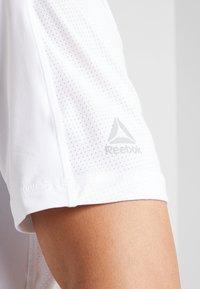 Reebok - OST ACTIVCHILL MOVE TEE - Print T-shirt - white - 3