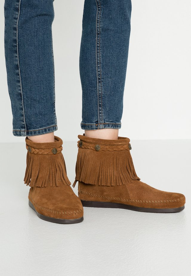 HI TOP BACK ZIP ANKLE BOOT - Stövletter - brown