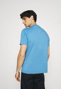 Ben Sherman - SIGNATURE POCKET TEE - Basic T-shirt - riviera blue - 2