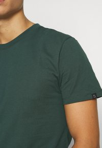 recolution - AGAVE - T-shirt basic - forest green - 4