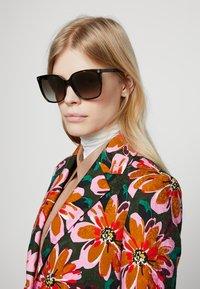 Gucci - Okulary przeciwsłoneczne - havana/brown - 1