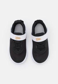 Nike Performance - TEAM HUSTLE D 10 UNISEX - Obuwie do koszykówki - black/metallic gold/white/photon dust - 3