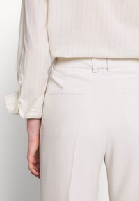 Filippa K - HUTTON TROUSERS - Pantalon classique - ivory - 7