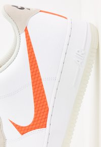 Nike Sportswear - AIR FORCE 1 '07 LV8 - Sneakers laag - white/total orange/summit white/black - 5