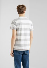 HKT by Hackett - BLOCK TEE - Triko s potiskem - white/grey - 2