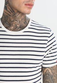 Levi's® - SLIM FIT 2 PACK  - Camiseta básica - dark blue - 4