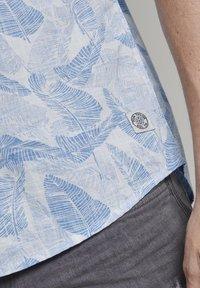 TOM TAILOR - RAY SLUB HOLIDAY PRINT - Shirt - white blue big leaves design - 2