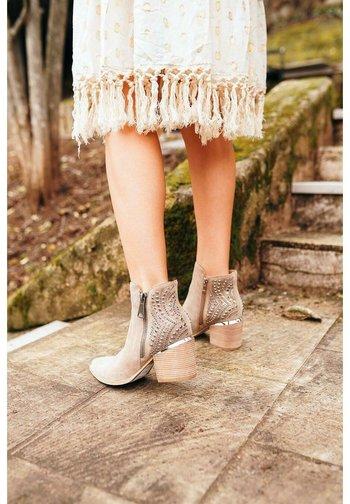 MAURICIO - Ankle boots - sand