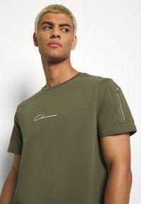 CLOSURE London - UTILITY TEE - Print T-shirt - khaki - 3