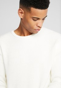 Jack & Jones - JCOSPENCER CREW NECK - Svetr - cloud dancer - 4