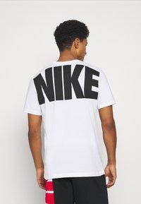 Nike Performance - DRY EXTRA BOLD TEE - Camiseta estampada - white - 2