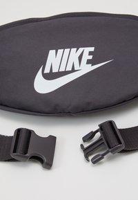 Nike Sportswear - HERITAGE UNISEX - Bum bag - thunder grey/white - 3