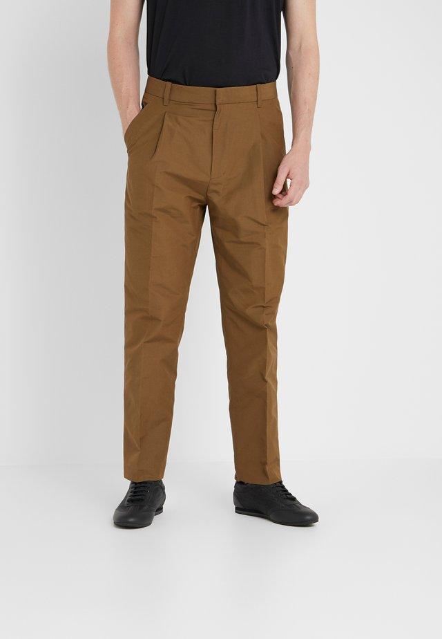 SINGLE PLEAT PANT - Kangashousut - tobacco