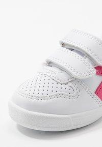 Diadora - PLAYGROUND GIRL - Obuwie treningowe - white/hot pink - 2