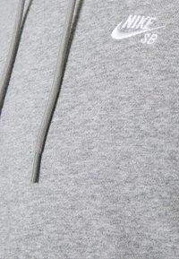 Nike SB - HOODIE UNISEX - Hoodie - grey heather/white - 2
