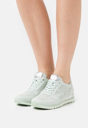 Sneakers - pale mint