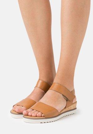 Sandály na klínu - camel/creme