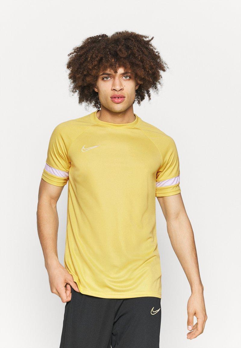Nike Performance - Camiseta estampada - saturn gold/white