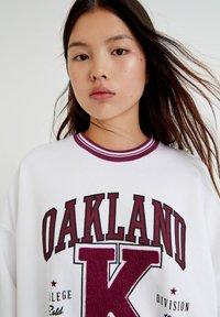 PULL&BEAR - OAKLAND MIT PATENTMUSTER - Sweater - white - 3