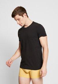 Levi's® - SOLID CREW 2 PACK - Unterhemd/-shirt - jet black - 1