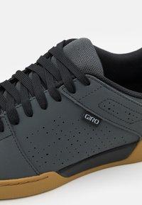 Giro - JACKET II - Cycling shoes - dark shadow - 5