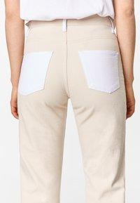 Bimba Y Lola - TWO-TONE - Jeans Straight Leg - white - 5