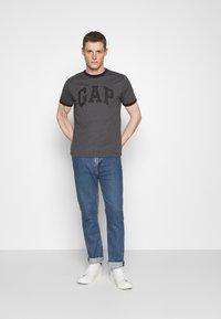 GAP - LOGO RINGER - Print T-shirt - charcoal grey - 1