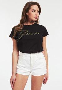 Guess - GUESS T-SHIRT LOGO APPLIKATIONEN - Print T-shirt - schwarz - 0