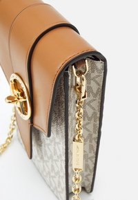 MICHAEL Michael Kors - CHARM PHONE XBODY - Across body bag - vanilla/acorn - 5