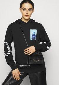 KARL LAGERFELD - SEVEN MINI SHOULDERBAG - Handbag - black - 0